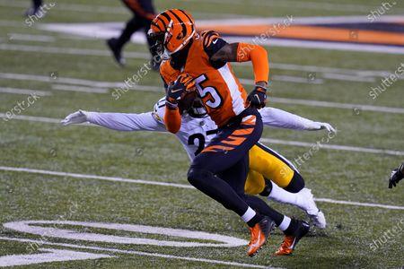 Cincinnati Bengals' Tee Higgins (85) runs past Pittsburgh Steelers' Marcus Allen (27) during the first half of an NFL football game, in Cincinnati