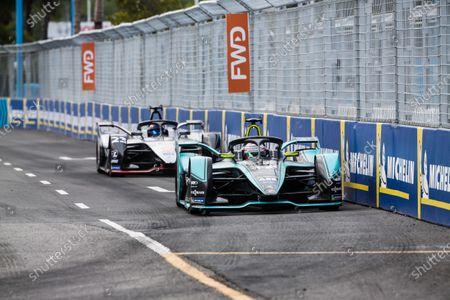 Nelson Piquet Jr. (BRA), Panasonic Jaguar Racing, Jaguar I-Type 3, leads Sébastien Buemi (CHE), Nissan e.Dam, Nissan IMO1