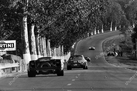 Willy Meier / Jean de Mortemart, Wicky Racing Team, Porsche 911 T, leads Jackie Epstein / Edward Nelson, Jackie Epstein, Lola T70 Mk 3 - Chevrolet.