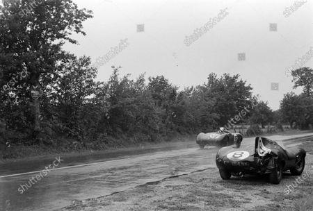 Marcel Becquart / Richard Stoop, Automobiles Frazer Nash, Frazer-Nash Sebring, passes the abandoned Don Beauman / Norman Dewis, Jaguar Cars, Jaguar D-type.