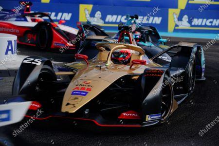 Jean-Eric Vergne (FRA), DS TECHEETAH, DS E-Tense FE19 leads Gary Paffett (GBR), HWA Racelab, VFE-05 and Pascal Wehrlein (DEU), Mahindra Racing, M5 Electro