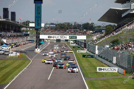 Start action, #42 BMW Team Schnitzer BMW M6 GT3: Augusto Farfus, Nick Yelloly, Martin Tomczyk leads.