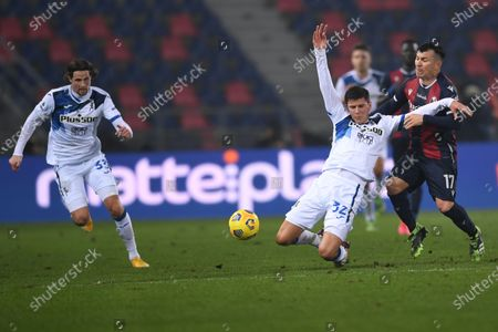 "Hans Hateboer (Atalanta)Matteo Pessina (Atalanta)Gary Medel (Bologna)          during the Italian  Serie A"" match between Bologna 2-2 Atalanta at  Renato Dall Ara Stadium on December 23 , 2020 in Bologna, Italy."