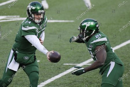 New York Jets quarterback Sam Darnold, left, hands off to Frank Gore during the first half of an NFL football game against the Cleveland Browns, in East Rutherford, N.J
