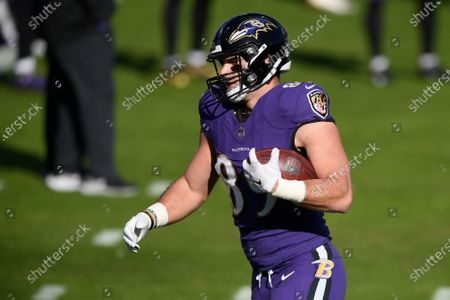 Baltimore Ravens tight end Mark Andrews (89) warms up prior to an NFL football game against the New York Giants, in Baltimore