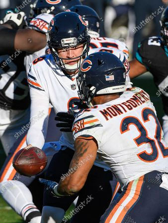 Jacksonville, FL, U.S: Chicago Bears quarterback Nick Foles (9) hands the ball off to Chicago Bears running back David Montgomery (32) during 2nd half NFL football game between the Chicago Bears and the Jacksonville Jaguars. Bears defeated Jags 41-17 at TIAA Bank Field in Jacksonville, Fl