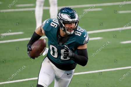 Philadelphia Eagles tight end Zach Ertz (86) warms up before an NFL football game against the Dallas Cowboys in Arlington, Texas, Sunday, Dec. 27. 2020