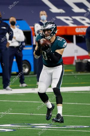 Philadelphia Eagles tight end Zach Ertz (86) makes a catch during an NFL Football game in Arlington, Texas