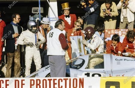Pedro Rodriguez / Jackie Oliver, John Wyer Automotive Engineering, Porsche 917 LH, makes a pitstop.
