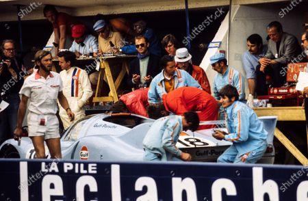 Pedro Rodriguez / Jackie Oliver, John Wyer Automotive Engineering, Porsche 917 LH, make a pitstop.