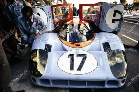 Jo Siffert / Derek Bell, John Wyer Automotive Engineering, Porsche 917 LH, makes a pitstop.