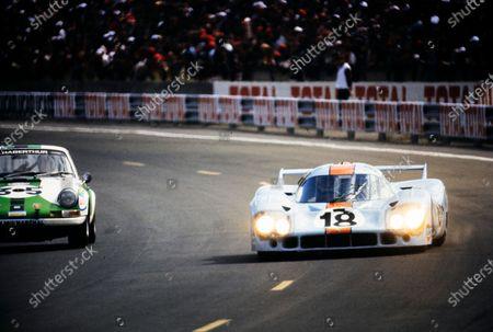 Pedro Rodriguez / Jackie Oliver, John Wyer Automotive Engineering, Porsche 917 LH, leads Sylvain Garant / Pierre Greub, Pierre Greub, Porsche 911 S.