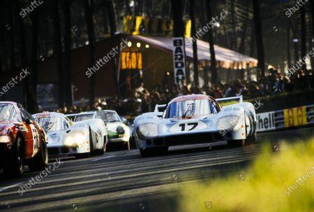 Jo Siffert / Derek Bell, John Wyer Automotive Engineering, Porsche 917 LH, battles with a group of cars.