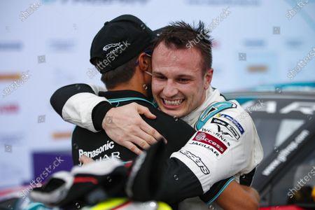 Simon Evans (NZL), Team Asia New Zealand embraces brother Mitch Evans (NZL), Panasonic Jaguar Racing