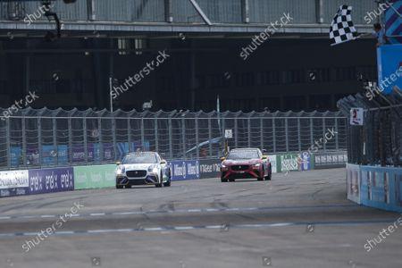 Cacá Bueno (BRA), ZEG iCarros Jaguar Brazil and Simon Evans (NZL), Team Asia New Zealand cross the line and take the chequered flag