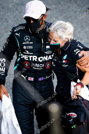 Pole Sitter Lewis Hamilton, Mercedes-AMG Petronas F1 and Angela Cullen, Physio for Lewis Hamilton celebrate in Parc Ferme