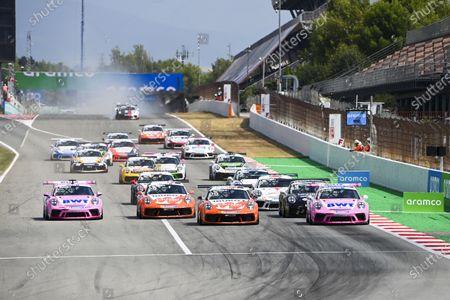 Larry ten Voorde (NED, Team GP Elite), leads Jaxon Evans (NZL, BWT Lechner Racing), Dylan Pereira (LUX, BWT Lechner Racing), Jaap van Lagen (NLD, Fach Auto Tech), Leon Kohler (DEU, Lechner Racing Middle East), and the rest of the field at the start as a crash involving Michael Fassbender (IRE, Porsche Motorsport), unfolds behind