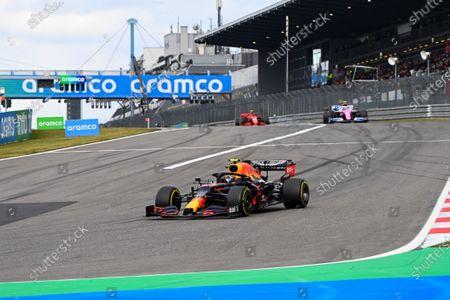 Alexander Albon, Red Bull Racing RB16, leads Nico Hulkenberg, Racing Point RP20, and Charles Leclerc, Ferrari SF1000