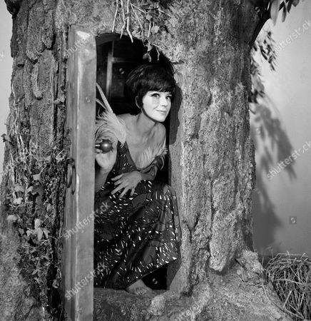 Fenella Fielding on the set of 'Izeena'