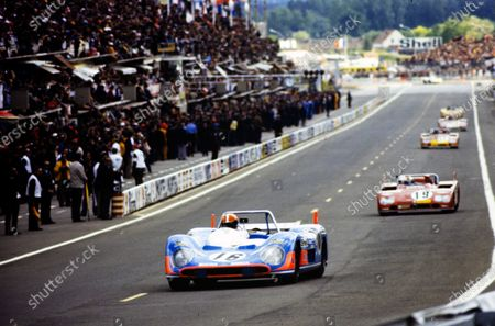 Jean-Pierre Jabouille / David Hobbs, Equipe Matra-Simca Shell, Matra-Simca MS660C, leads Rolf Stommelen / Giovanni Galli, Autodelta SpA, Alfa Romeo Tipo 33TT3.