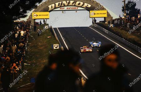 Rolf Stommelen / Giovanni Galli, Autodelta SpA, Alfa Romeo Tipo 33TT3, leads Henri Pescarolo / Graham Hill, Equipe Matra-Simca Shell, Matra-Simca MS670.