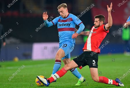 West Ham's Jarrod Bowen (L) in action with Southampton's Jack Stephens (R) during the English Premier League soccer match between Southampton vs West Ham United in Southampton, Britain, 29 December 2020.
