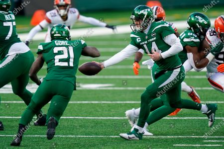 New York Jets quarterback Sam Darnold (14) hands running back Frank Gore (21) in the first half of an NFL football game against the Cleveland Browns, in East Rutherford, N.J