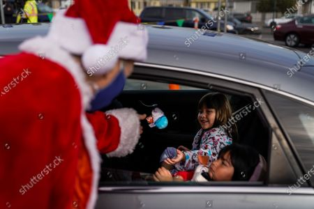 Stock Photo of Los Angeles Unified School District Superintendent Austin Beutner, dressed as Santa Claus, gives out gifts and candy during an event at Washington Prep High School on Wednesday, Dec. 23, 2020 in Los Angeles, CA. (Kent Nishimura / Los Angeles Times)