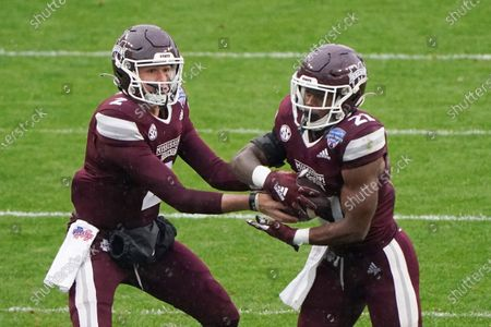 Mississippi State quarterback Will Rogers (2) hands the ball to running back Jo'Quavious Marks (21) against Tulsa during the first half of the Armed Forces Bowl NCAA college football game, in Fort Worth, Texas