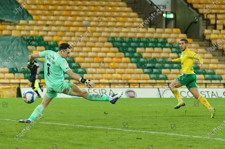 Emi Buendía of Norwich City (17) scores a goal past Barnsley Goalkeeper Jack Walton (1), 1-0