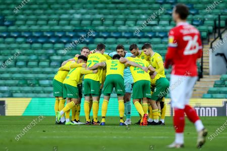 Tim Krul of Norwich City looks up from the team huddle; Carrow Road, Norwich, Norfolk, England, English Football League Championship Football, Norwich versus Barnsley.