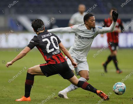 Frankfurt's Makoto Hasebe (L) in action against Leverkusen's Leon Bailey (R)  during the German Bundesliga soccer match between Eintracht Frankfurt and Bayer 04 Leverkusen in Frankfurt, Germany, 02 January 2021.