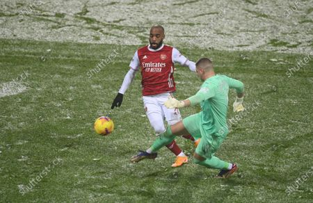 West Bromwich goalkeeper Sam Johnstone (R) in action against Arsenal's Alexandre Lacazette (L) during the English Premier League soccer match between West Bromwich Albion and Arsenal London in West Bromwich, Britain, 02 January 2021.
