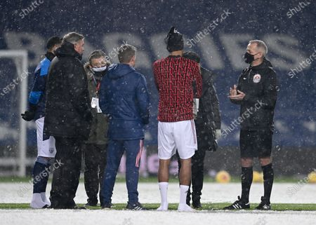 Referee Martin Atkinson  (R) talks to players and West Bromwich Albion's Head Coach Sam Allardyce  (2-L) prior to the English Premier League soccer match between West Bromwich Albion and Arsenal London in West Bromwich, Britain, 02 January 2021.