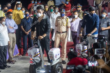 Stock Image of Environment Minister Aaditya Thackeray, Bollywood actor Akshay Kumar, Maharashtra Home Minister Anil Deshmukh and other leaders during the inauguration of Segway electric scooters for Mumbai police at Worli Seaface, on January 2, 2021 in Mumbai, India. Mumbai Police commissioner Param Bir Singh said that the electric scooters are being provided to the police force for improved policing, visibility and mobility.