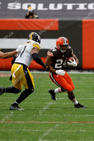 Cleveland Browns running back Nick Chubb (24) attempts to run the ball past Pittsburgh Steelers linebacker Avery Williamson (51) during an NFL football game, in Cleveland. Cleveland defeated Pittsburgh 24-22