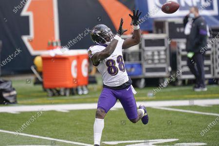 Baltimore Ravens wide receiver Dez Bryant (88) warms up before an NFL football game against the Cincinnati Bengals, in Cincinnati
