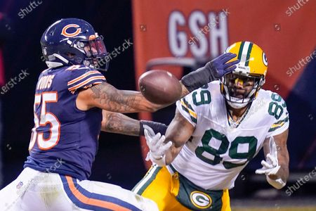 Chicago Bears' Josh Woods breaks up a pass intended for Green Bay Packers' Marcedes Lewis during the first half of an NFL football game, in Chicago