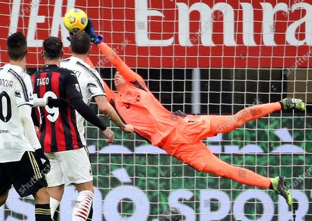 Juventus' goalkeeper Wojciech Szczesny in action during the Italian serie A soccer match  between Ac Milan and Juventus FC at Giuseppe Meazza stadium in Milan, Italy, 06 January 2021.