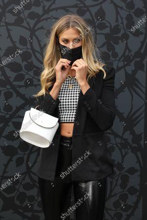 Natalie Roser puts on her facemask