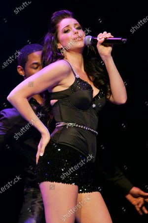 Obraz stockowy: Jadyn Douglas (previously known as Jadyn Maria) performs during Macy's Glamorama held at the Chicago Theater in Chicago, IL. on August 21, 2009.