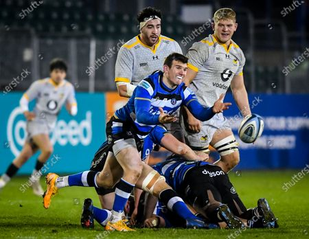 Ben Spencer of Bath Rugby passes the ball as Jeff Toomaga-Allen and Jack Willis of Wasps watch on