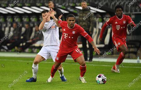 Stefan Lainer (Borussia Mönchengladbach), Douglas Costa (FC Bayern Muenchen)