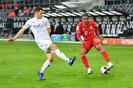 Valentino Lazaro (Borussia Mönchengladbach), Douglas Costa (FC Bayern Muenchen)