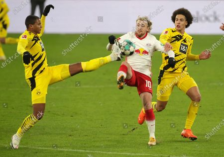 Dortmund's Manuel Akanji, left, Leipzig's Emil Forsberg, centre, and Dortmund's Axel Witsel challenge for the ball during the German Bundesliga soccer match between RB Leipzig and Borussia Dortmund in Leipzig, Germany