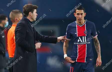PSG's head coach Mauricio Pochettino speaks to PSG's Angel Di Maria during the French League One soccer match between Paris Saint-Germain and Brest at the Parc des Princes in Paris