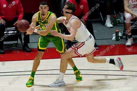 Utah forward Mikael Jantunen, right, guards Oregon guard Chris Duarte during the second half of an NCAA college basketball game, in Salt Lake City