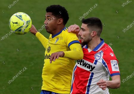 Cadiz's striker Anthony Lozano (L) vies for the ball with Alaves' defender Alberto Rodriguez (R) during the Spanish LaLiga soccer match between Cadiz CF and Deportivo Alaves held at Ramon de Carranza stadium in Cadiz, southern Spain, 10 January 2021.