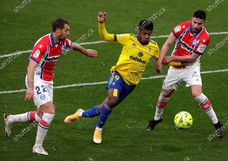 Cadiz's striker Anthony Lozano (L) vies for the ball with Alaves' defenders Alberto Rodriguez (R) and Florian Lejeune (L)  during the Spanish LaLiga soccer match between Cadiz CF and Deportivo Alaves held at Ramon de Carranza stadium in Cadiz, southern Spain, 10 January 2021.