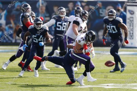 Baltimore Ravens tight end Mark Andrews (89) can't hang onto a pass in the first half of an NFL wild-card playoff football game against the Tennessee Titans, in Nashville, Tenn